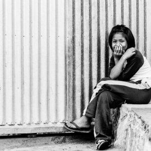 足を組んでバスを待っていた女の子