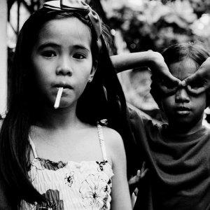 チュッパチャップスを舐める女の子