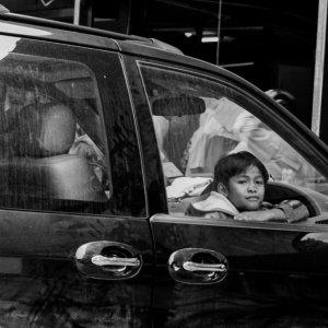 車窓から外を眺める男の子