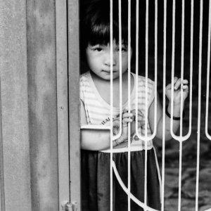恐る恐る見る女の子