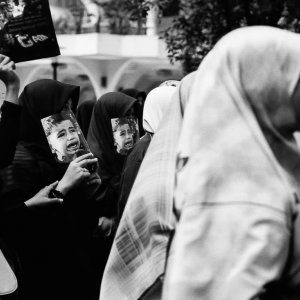 ビラを持ったデモの女性参加者たち