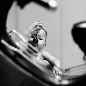 スプーンを咥えた赤ん坊