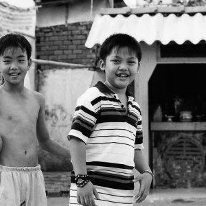 路地でボール遊びをしていた男の子たち