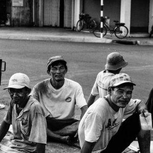 集まって休憩していた労働者たち