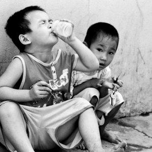 ヨーグルトを食べる男の子