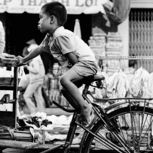自転車の上の口を尖らせた男の子