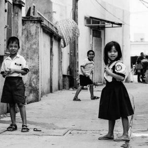 路地で遊んでいた子どもたち