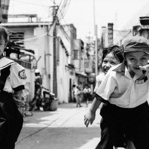 ホーチミンの路地で遊ぶ活発な子どもたち