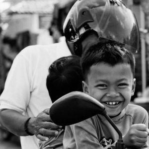 バイクに跨った親子連れ