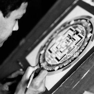 曼荼羅を描いている男
