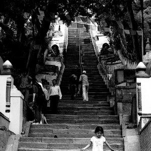 急な階段を下り終えた女の子