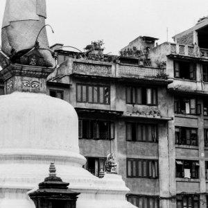 仏塔とアパート