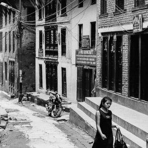 旧市街を歩く洋装の女性