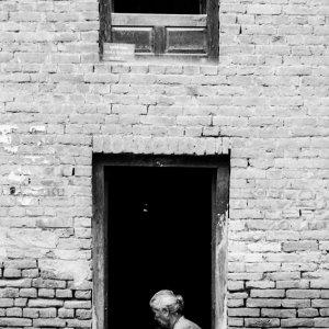 戸口で仕事をする老婆