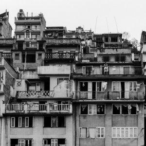 斜面にびっしりと並ぶアパート