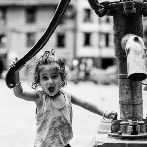 井戸の横で口を大きく開けた女の子