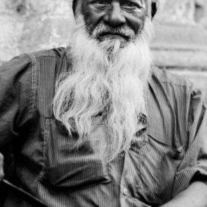 長くて白い髭を蓄えた男