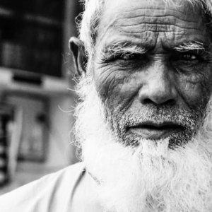 真っ白な髭を蓄えた老人