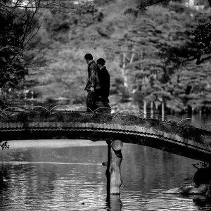 橋を渡るカップル
