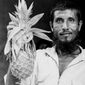パイナップルを持つ男
