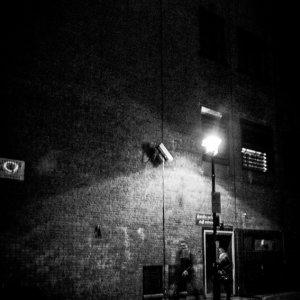 暗い路地の街灯