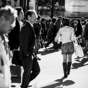群衆の中を進む女の子