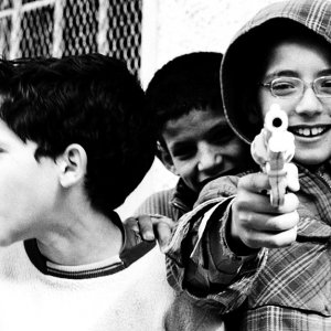 銃口を向ける男の子