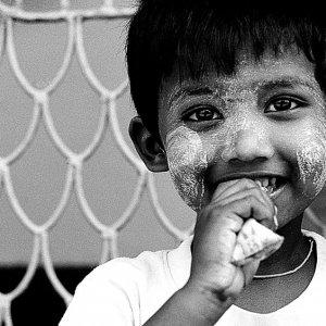 アイスキャンディーを食べる男の子