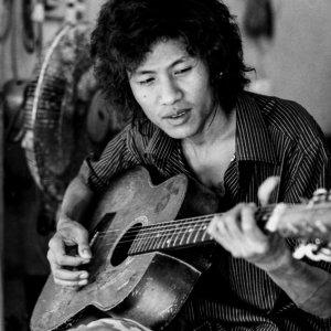ギターを弾く青年