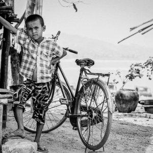 自転車の前でポーズを決める男の子