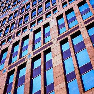 都庁の窓に映った青空