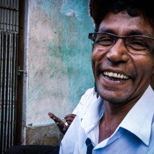 高笑いする男