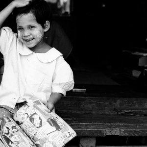 マンガを読む女の子