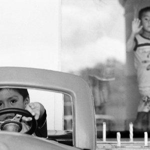 玩具の自動車を運転する男の子