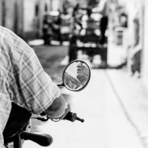 バイクに乗った男