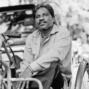 三輪の車椅子に乗った男