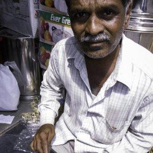 容器に文字を彫る男