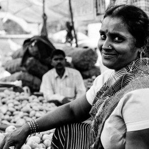 市場で微笑む女