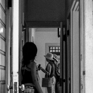 扉の向こうの二つの人影