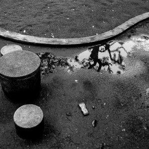 公園の円柱と曲線