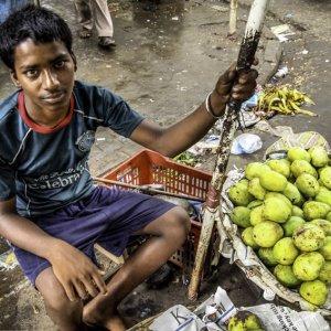 マンゴーを売る男の子