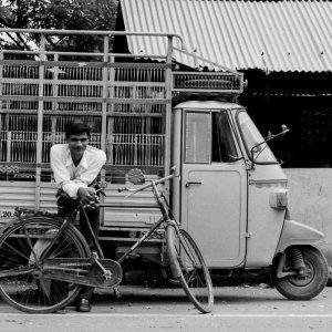自転車に寄りかかった男