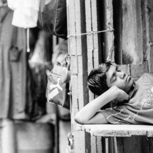 腕枕をして寝る男の子