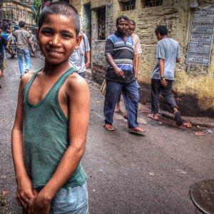 路地で微笑む男の子