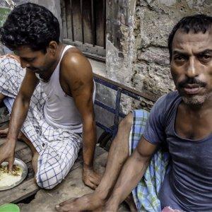 昼食を摂る二人の男