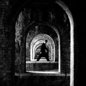 橋脚の間を歩く男