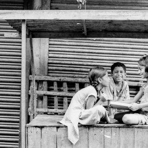 屋台の上で遊ぶ子どもたち