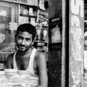 雑貨屋で働く男