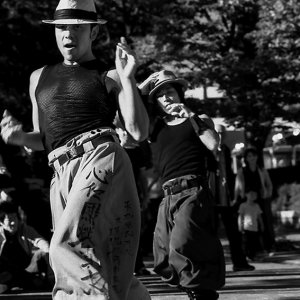 帽子を被って踊る男たち
