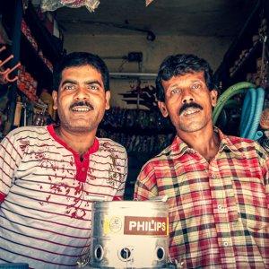 小さな店にいた二人の男